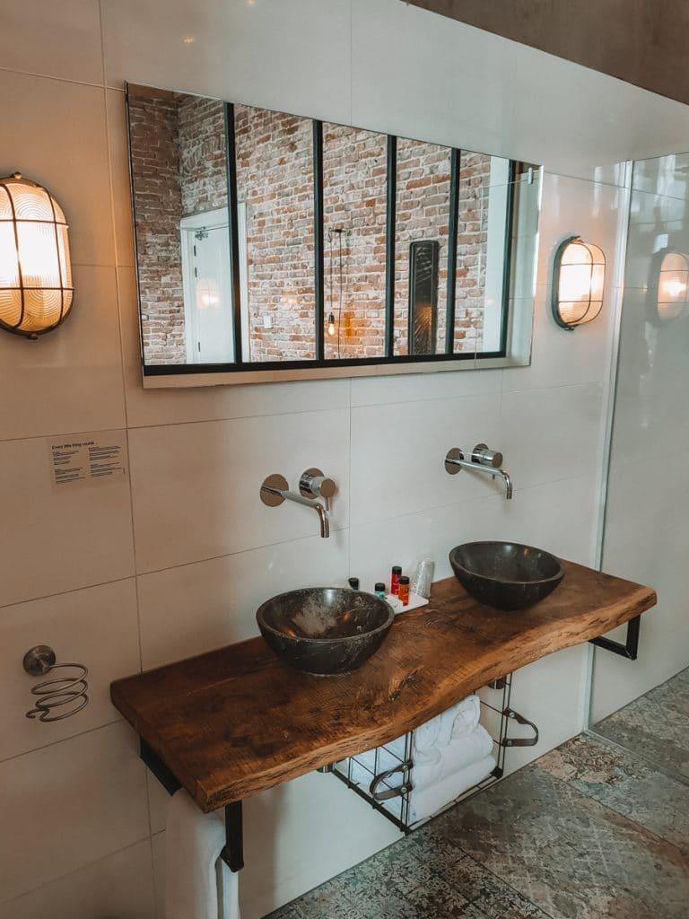 De badkamer van de Charme kamer van het Loods Hotel Vlieland