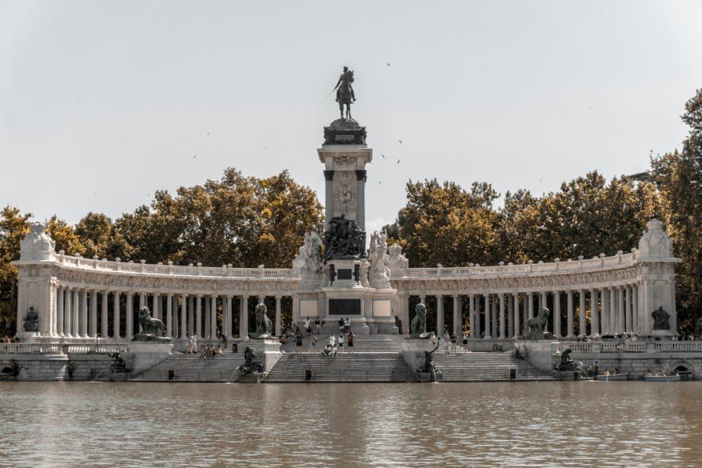 De vijver van het Retiro Park in Madrid, een van de bekende en leukste bezienswaardigheden