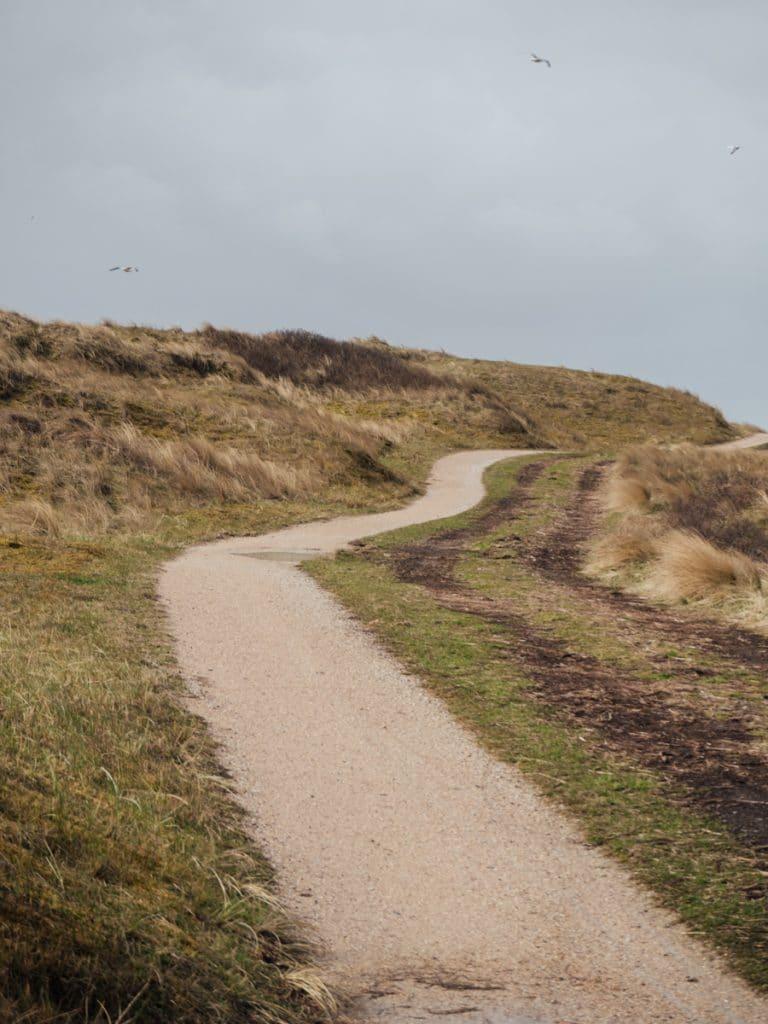 Een van de leukste tips van Vlieland is om te wandelen door de duinen
