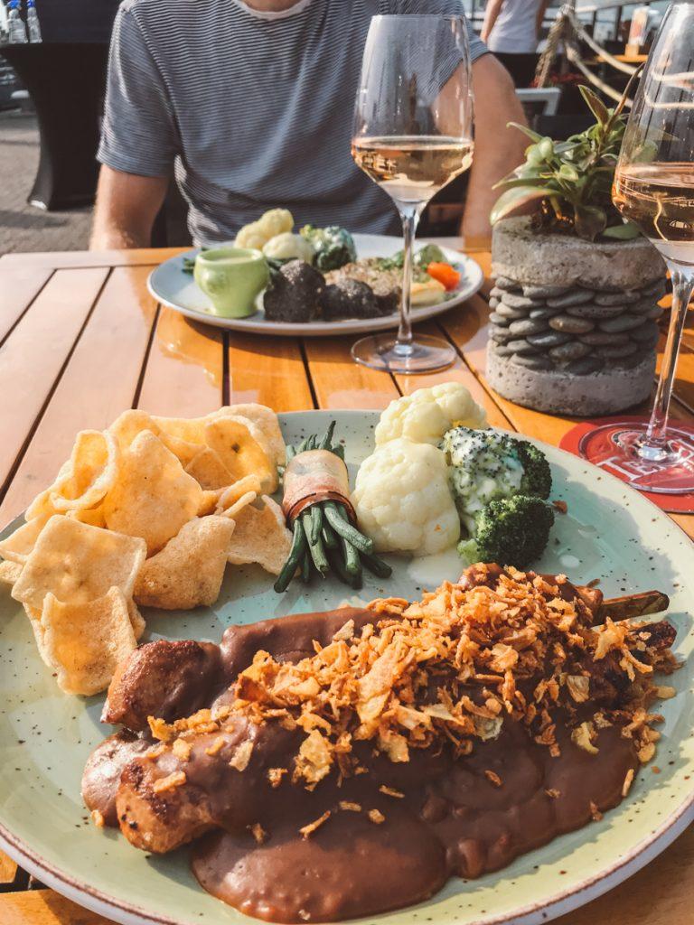 Eten in de oude haven van Oudeschild op Texel