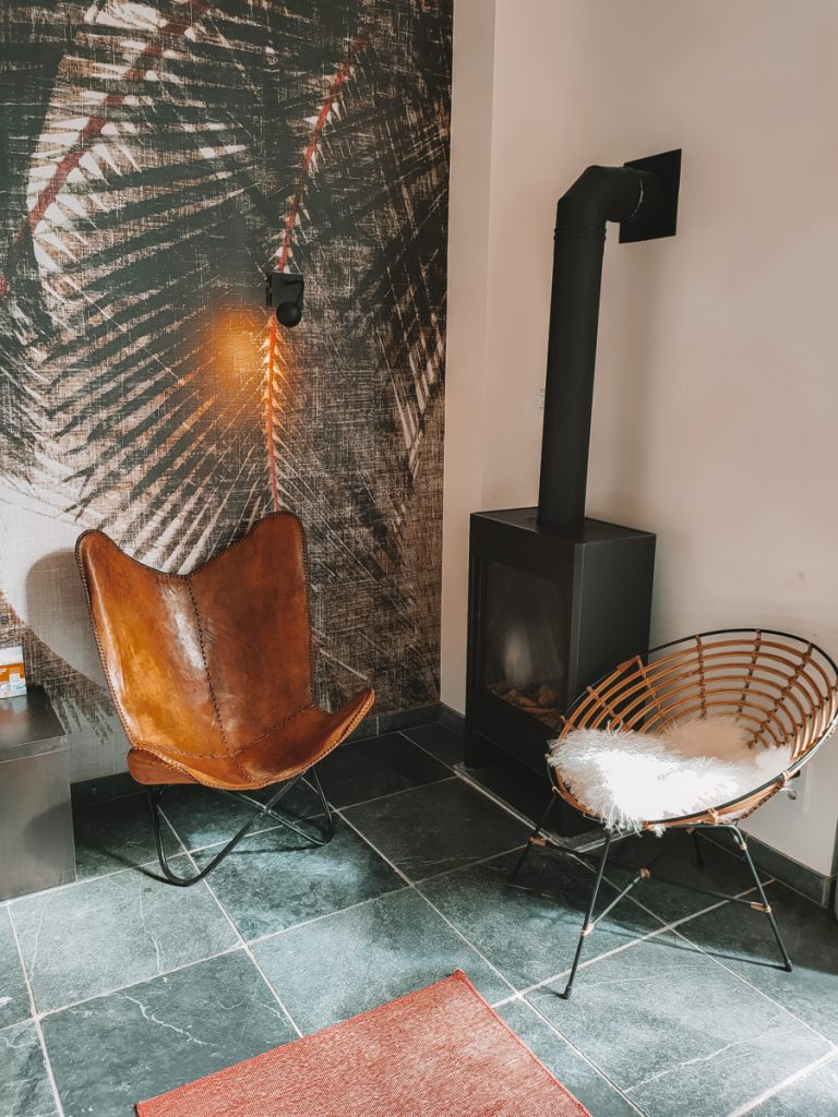 Een zithoekje bij de openhaard in het Loods Hotel Vlieland