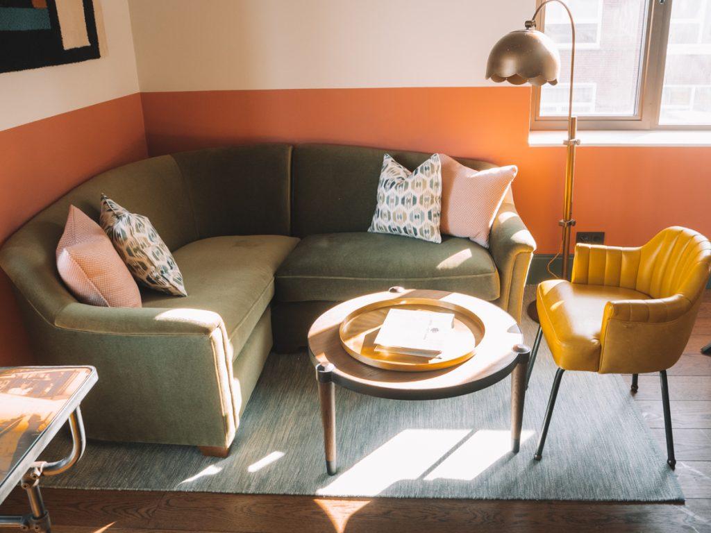 Het kleurrijke interieur van Hotel Boat & Co, een van de leukste hotels van Amsterdam