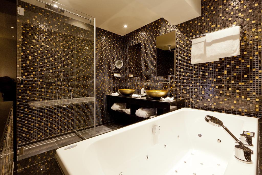 De badkamer van 't Goede Hooft, met allerlei tegeltjes