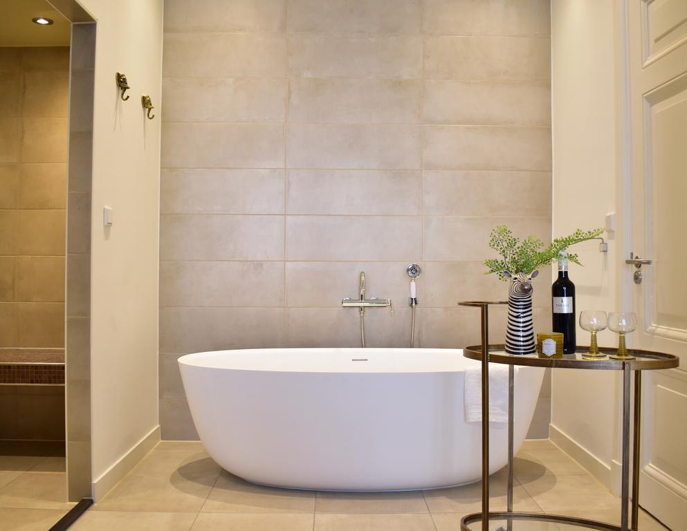 Het vrijstaande bad in een prachtige badkamer van Brasss Hotel Suites, een van de leukste boutique hotels van Haarlem
