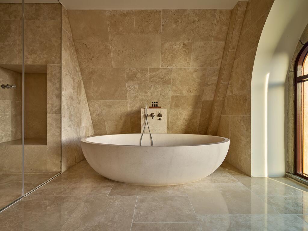 Het luxe vrijstaande bad van het Conservatorium Hotel in Amsterdam, een heerlijk hotel voor een staycation