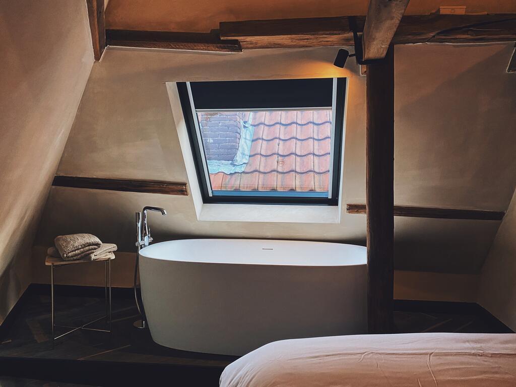 Het vrijstaande bad van Hotel Frenchie, een van de leukste hotels van Haarlem