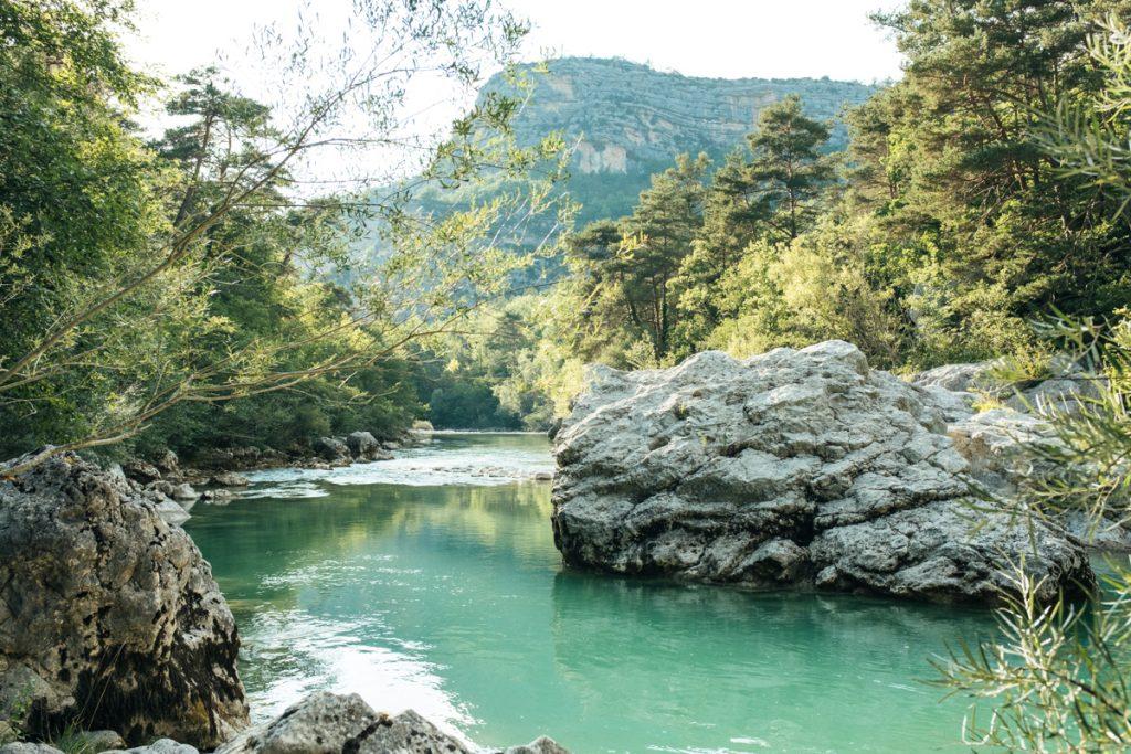Het helderblauwe water van de Gorges du Verdon in het zuiden van Frankrijk
