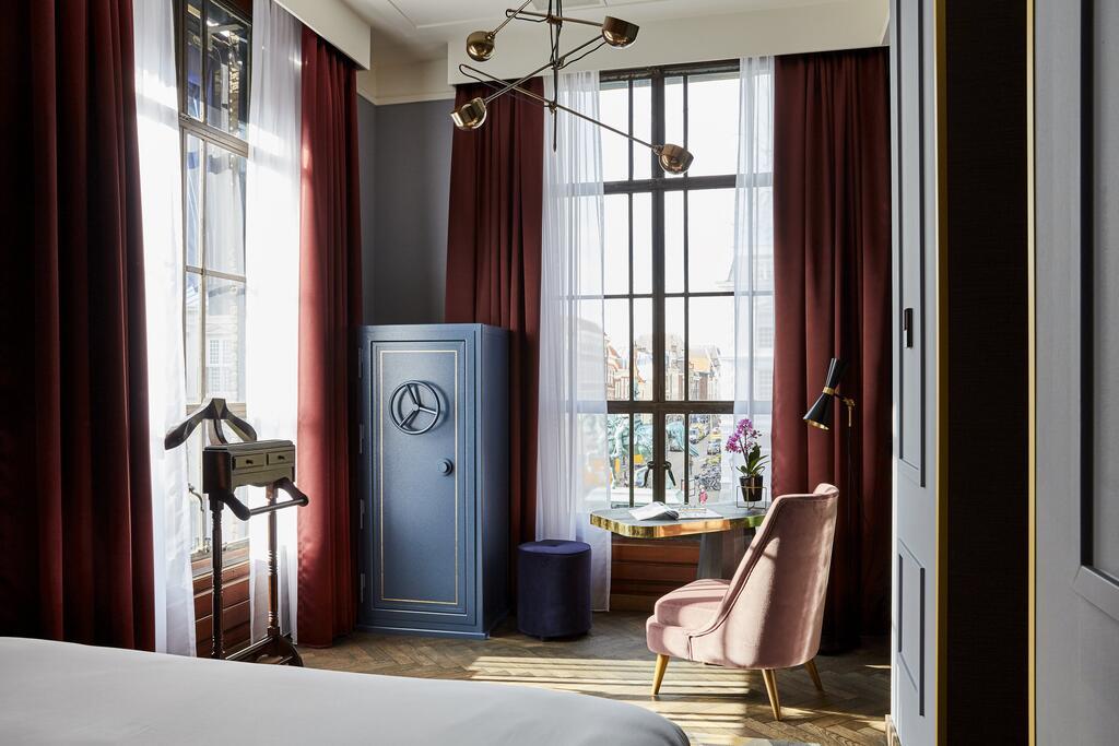 Het prachtige interieur van Hotel Indigo met donkere kleuren