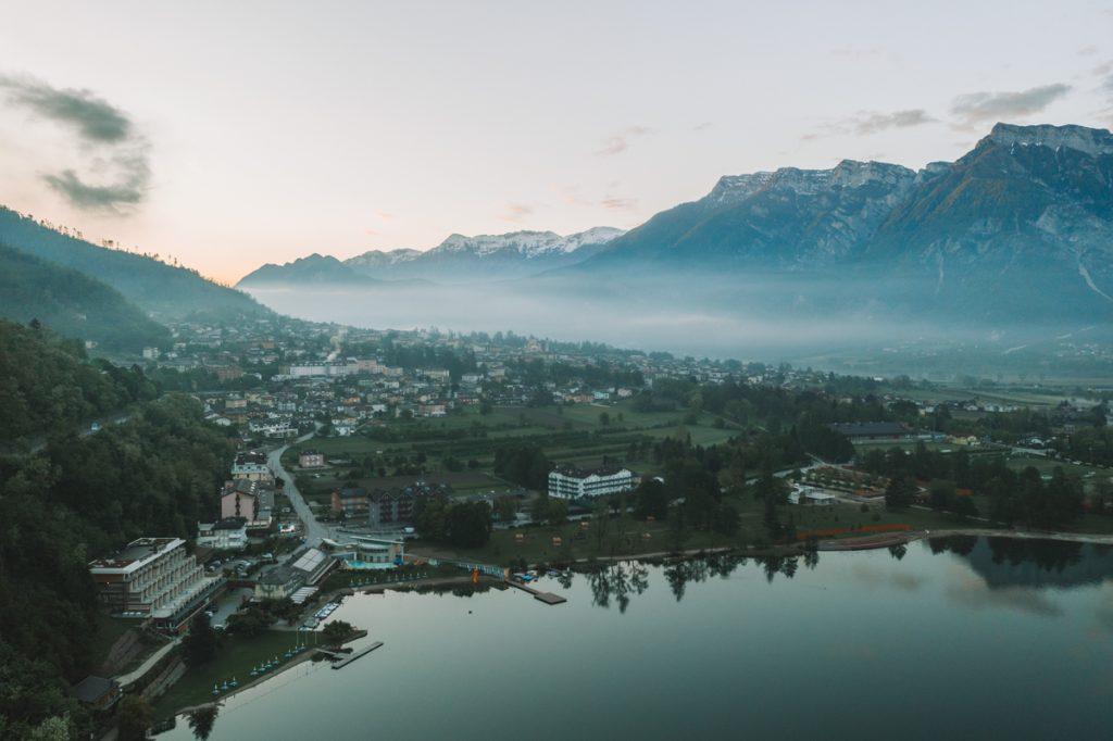 Levico Lake is een van de mooiste bezienswaardigheden in de regio Valsugana
