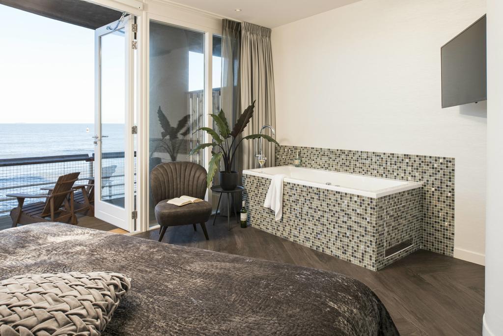 Een bad en balkon van het Pier Suites Hotel in Scheveningen