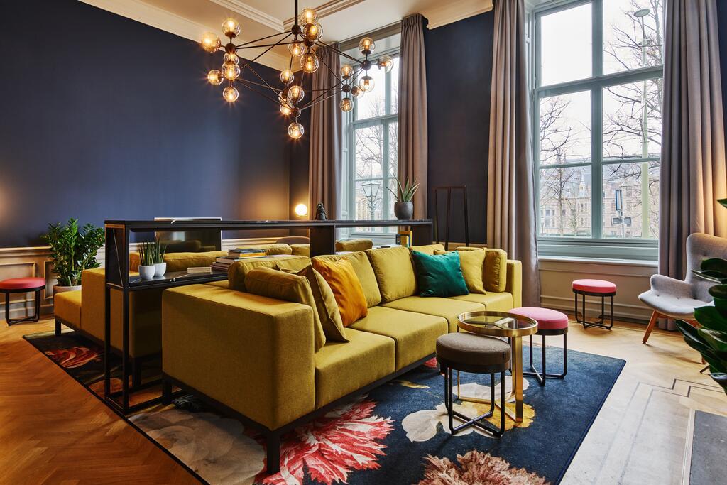 Het kleurrijke interieur van het Staybridge Suites Parliament