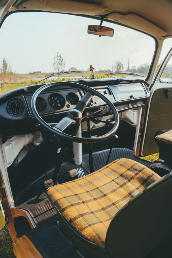 Stuur en stoel van het Volkswagenbusje die je kunt huren