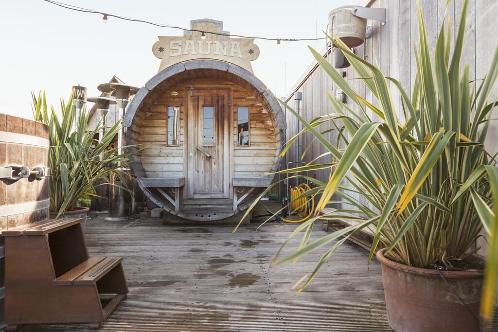 De sauna op het dakterras van het Volkshotel in Amsterdam Oost