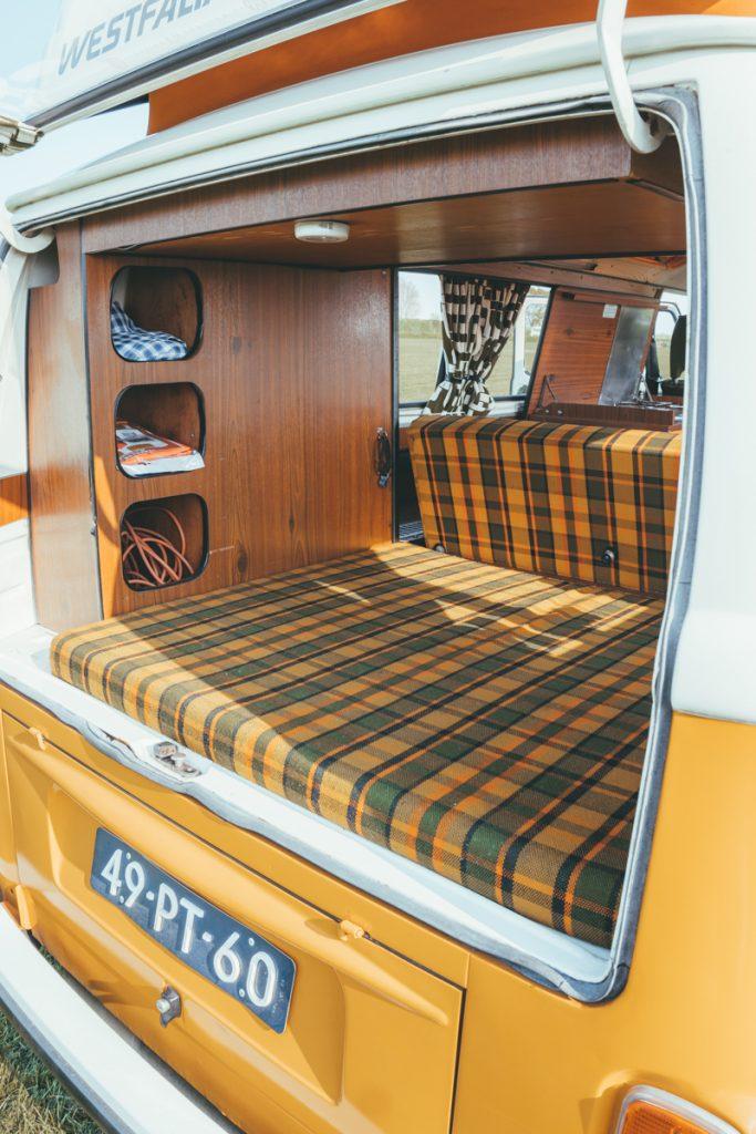 Het interieur van het VW busje die je kunt huren
