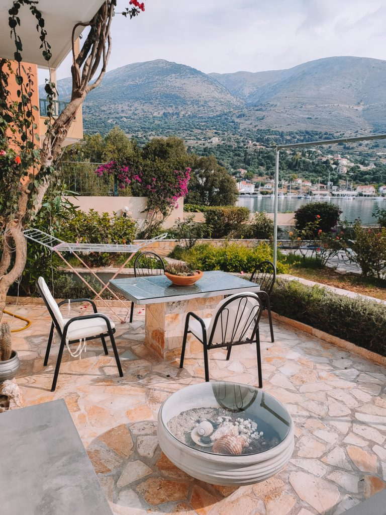 Het terras van de Waterside Apartments in Agia Effimia