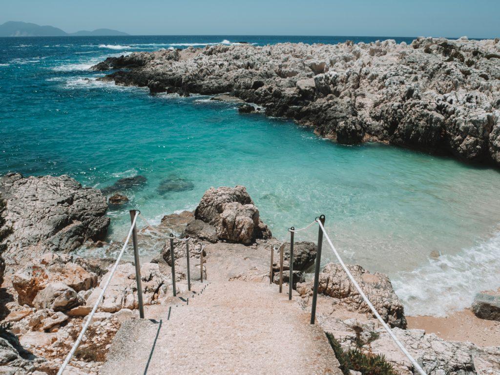 Het prachtige blauwe water van Alaties Beach