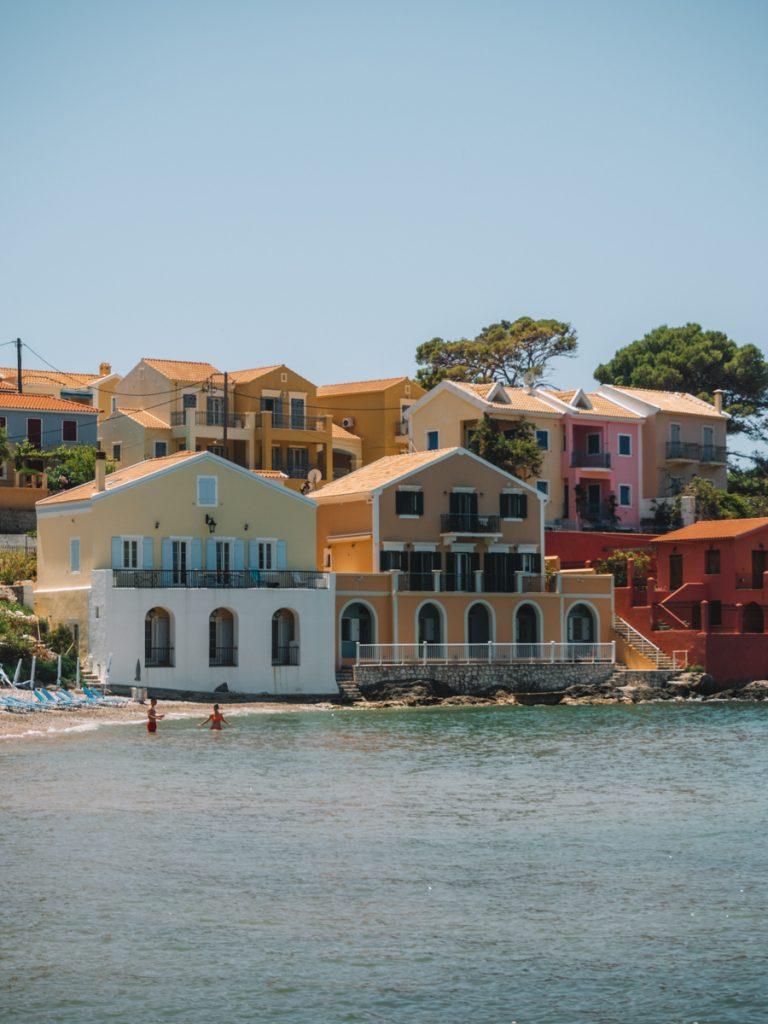 Het kleurrijke dorpje Asos, een van de mooiste bezienswaardigheden van Kefalonia