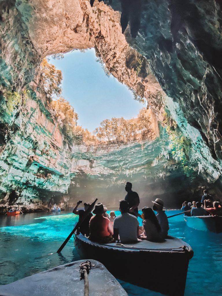 Varen door de Melissani Cave, een van de bekendste bezienswaardigheden van Kefalonia