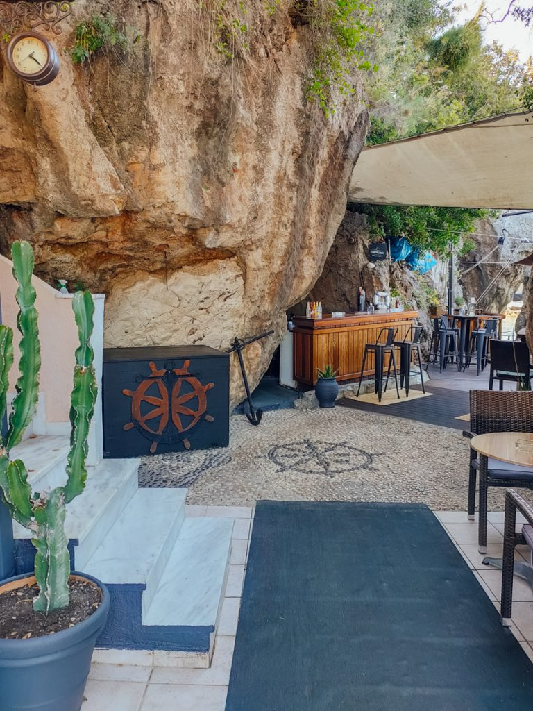De grotten van het Remetzo Cafe