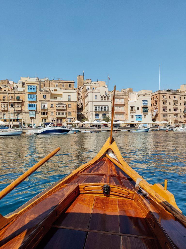 Varen in een traditioneel bootje van de Three Cities naar Valletta