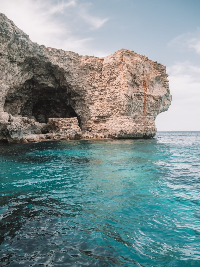 Felblauw water tijdens een boottocht naar Comino