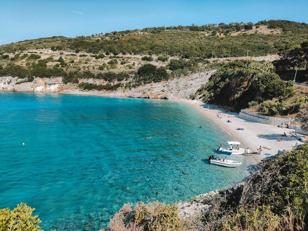 Het blauwe water van Makris Gialos Beach, een van de mooiste stranden van Zakynthos