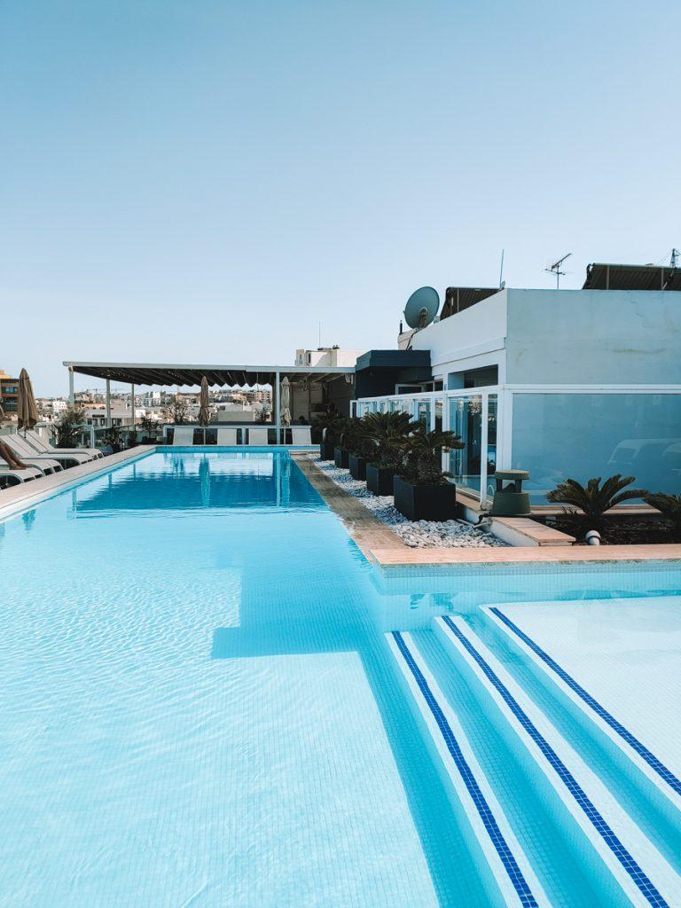Het zwembad op het dakterras van The George Hotel