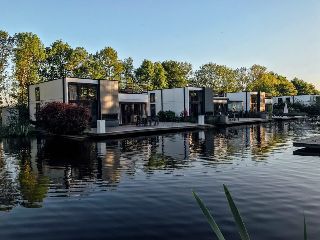De cubewoningen aan het water