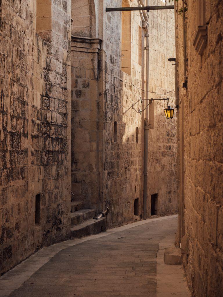 Een prachtig straatje wat Marokkaans aanvoelt in de Mdina van Malta