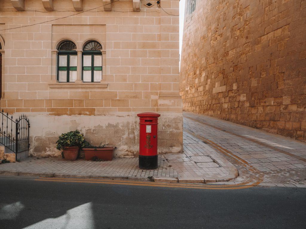 Een typisch Britse brievenbus in de straten van Malta eiland