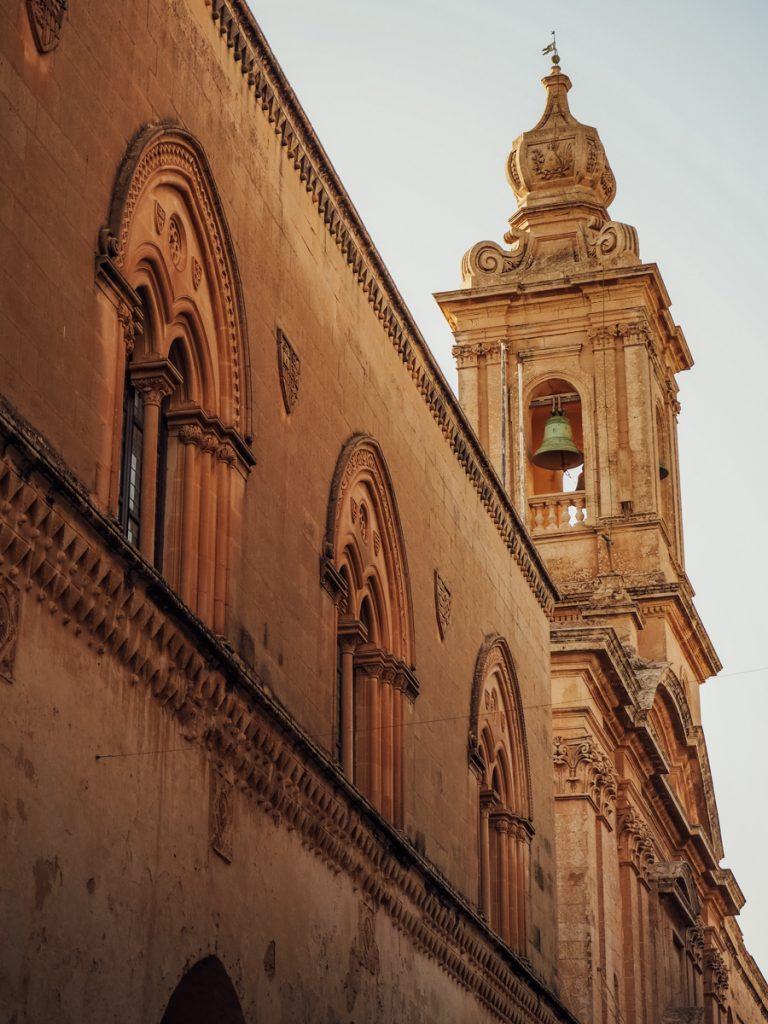 Een kerk in de Mdina, een van de tofste bezienswaardigheden in Malta