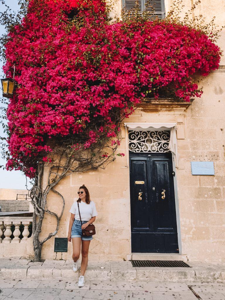 Poseren voor een prachtig pand met bloemen in de Mdina