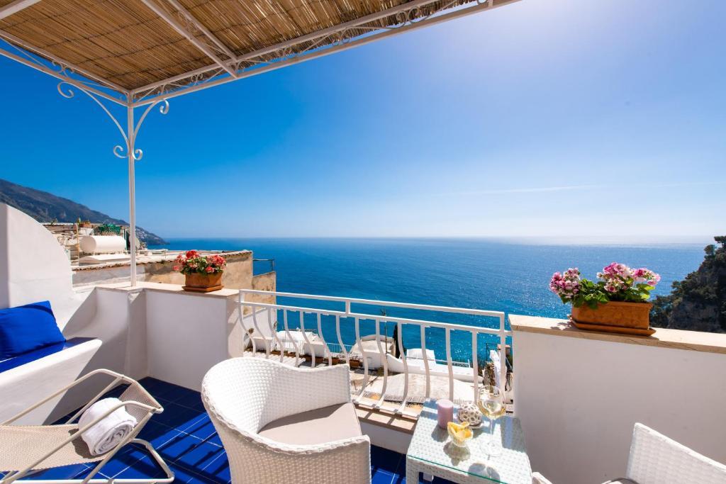 De patio van een geweldig hotel in Positano, een plek aan de Amalfikust die je niet mag missen tijdens jouw route door Zuid-Italië