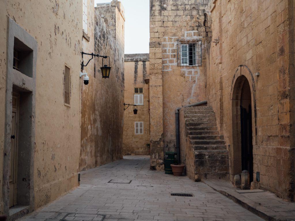 Een prachtig leeg straatje in Rabat
