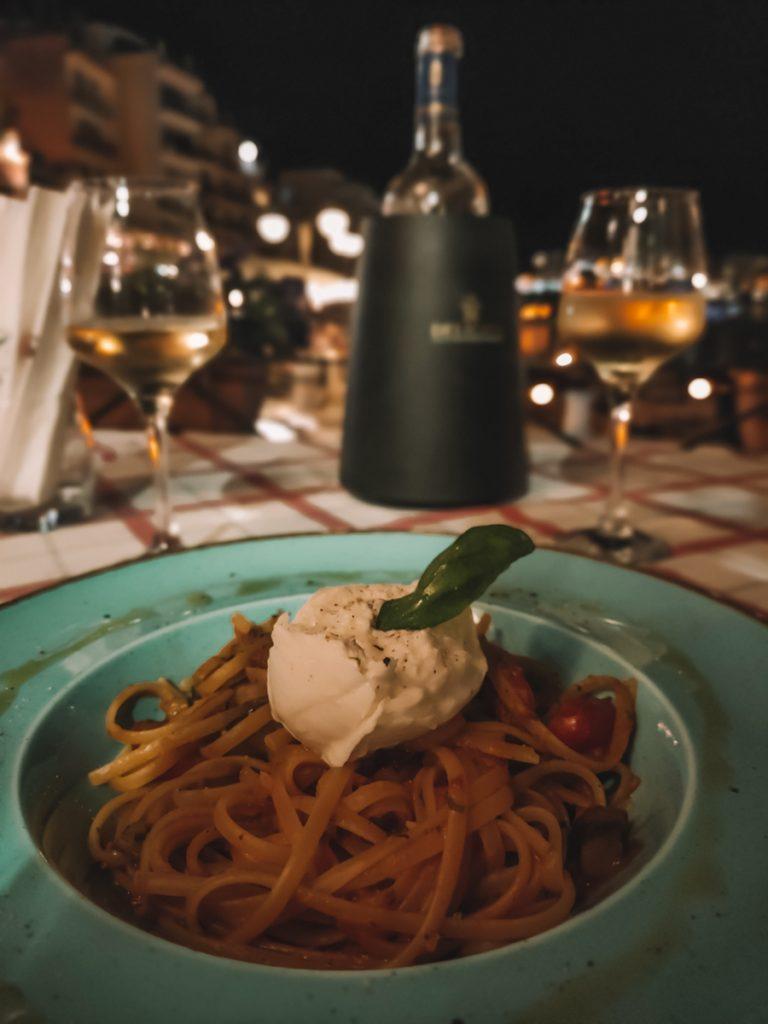 Buiten op het terras eten bij Peppino's in St. Julians