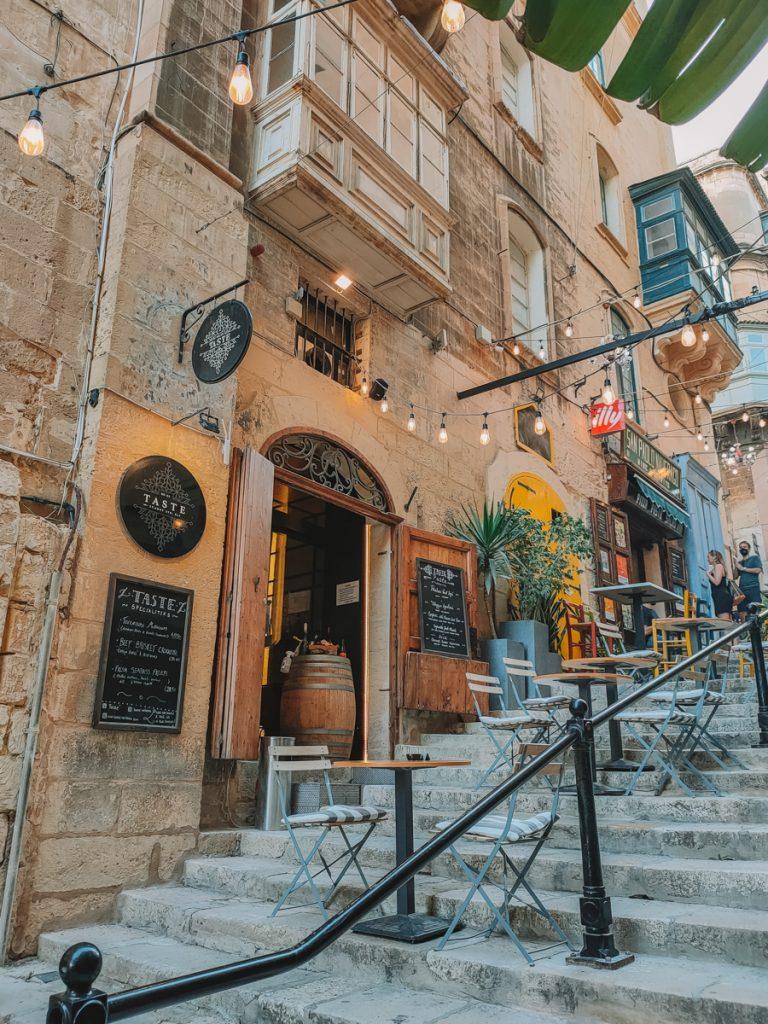 Kleurrijke terrasjes in Valletta