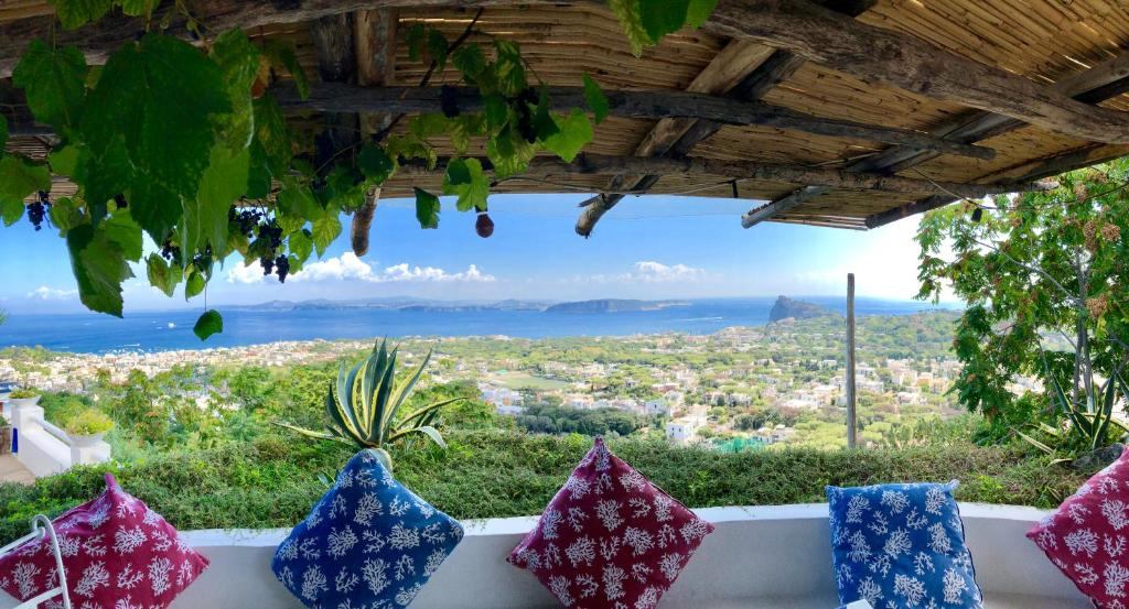 Een leuk hotel met een prachtig uitzicht op Ischia tijdens jouw roadtrip door Zuid-Italië!