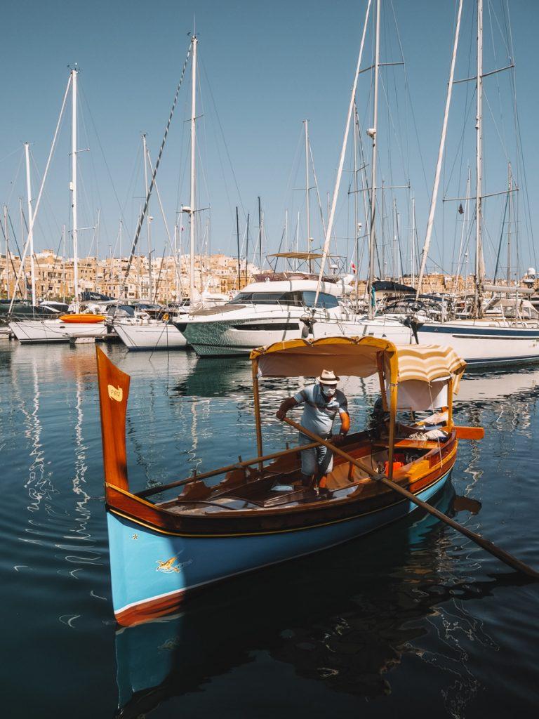 Het is een van de leukste tips voor Malta eiland om in een traditioneel bootje te stappen