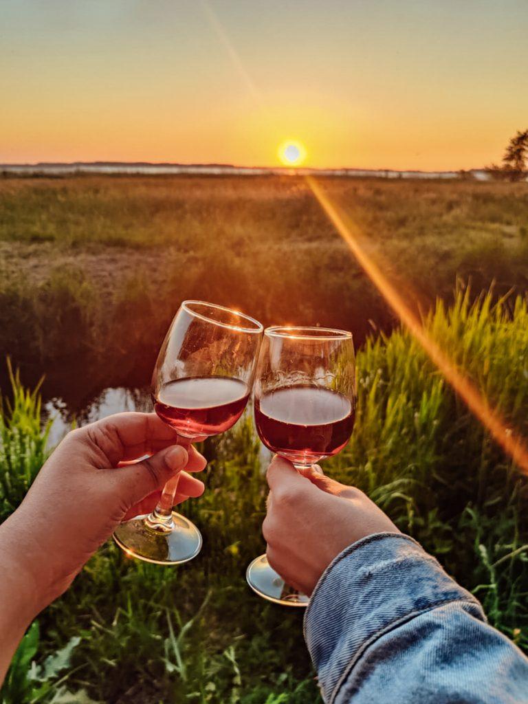 Wijn drinken tijdens de zonsondergang op het vakantiepark aan het Veluwemeer