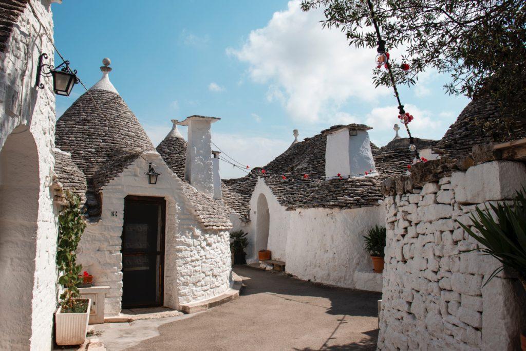 De witte kegelvormige huisjes van Alberobello, een van de mooiste plekken in Italië