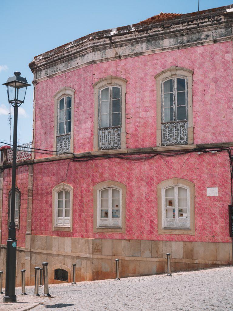Een prachtig roze gebouw in Silves