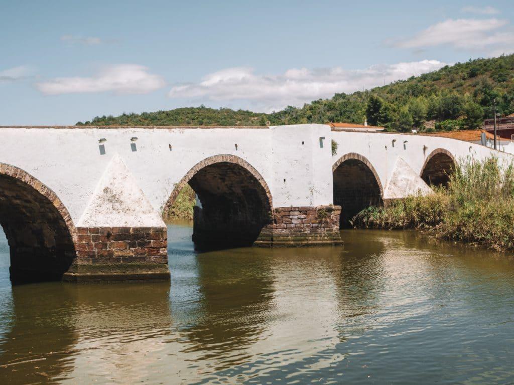 De brug aan de Arade rivier