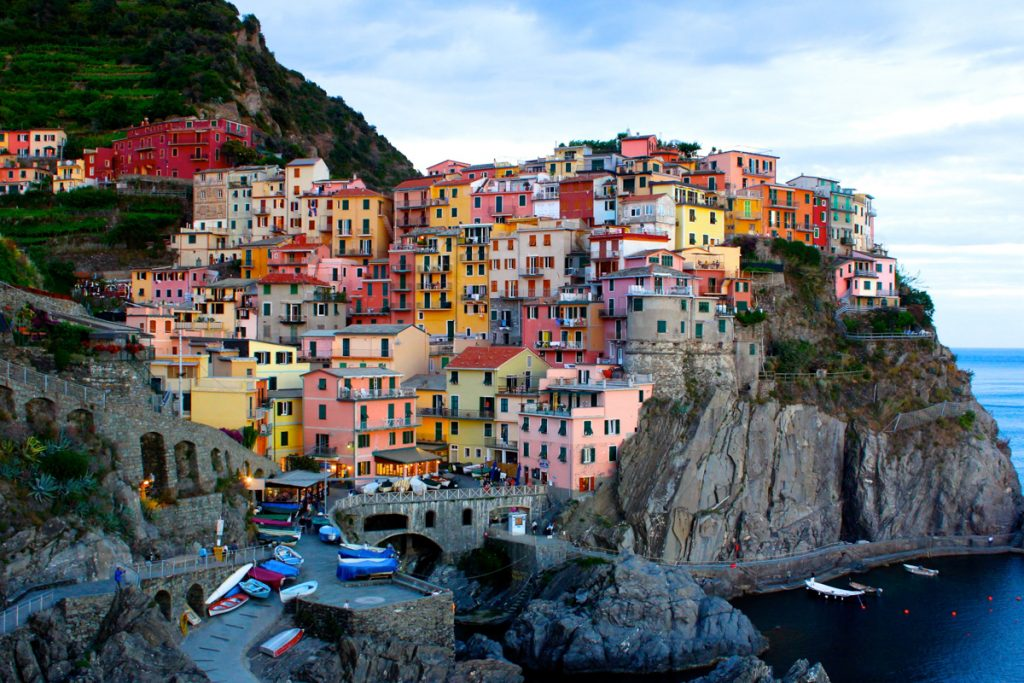 De kleurrijke huisjes bovenop een rotswand aan het water van Cinque Terre