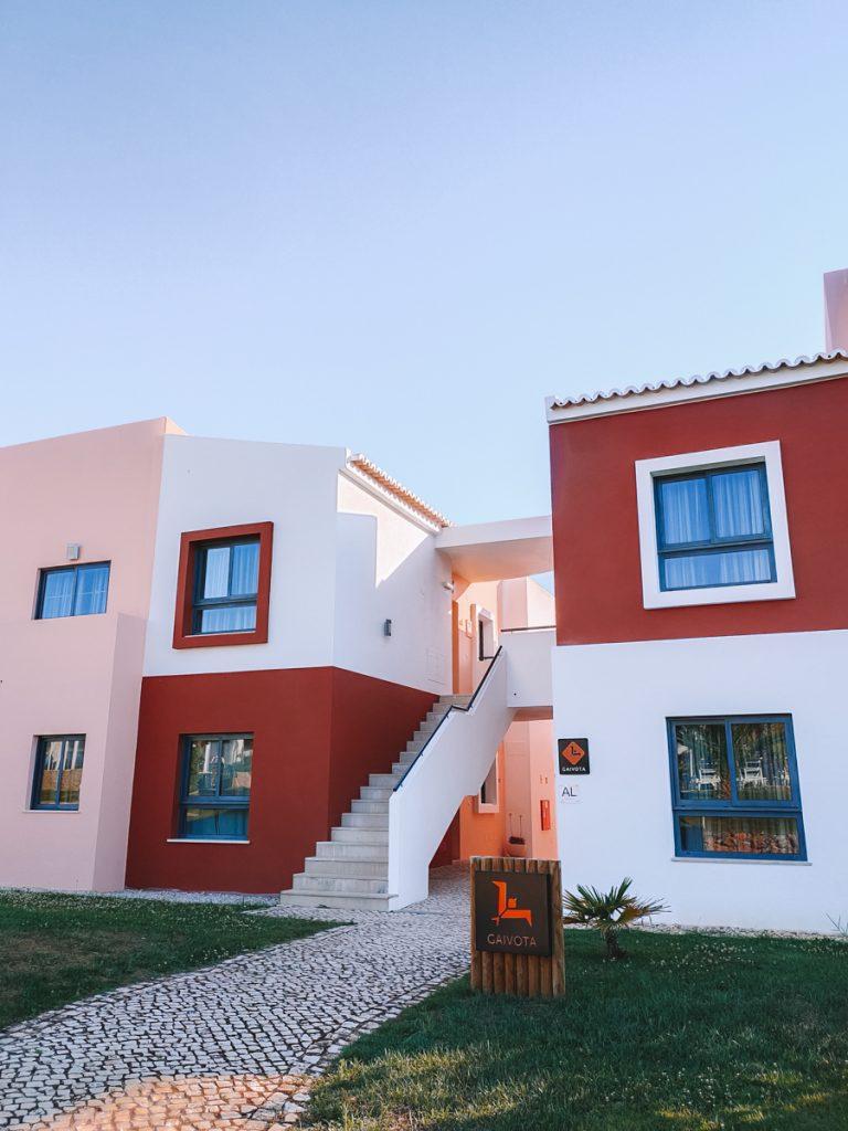De gebouwen van Vitor's Village in Ferragudo in de Algarve