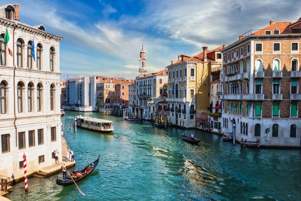 Hier vind je tips voor goedkope en luxe hotels om te overnachten in Venetië!
