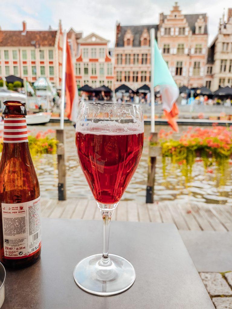 Een speciaalbiertje drinken aan de gracht in Gent