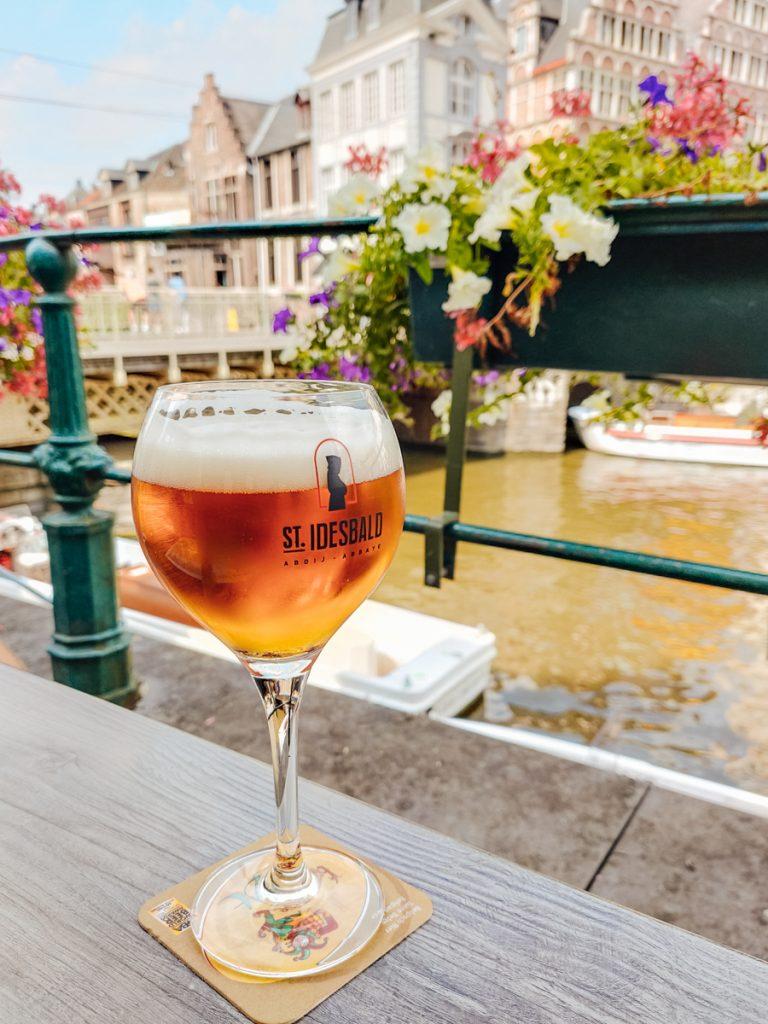 Een biertje drinken bij het Bierhuis aan de Waterkant