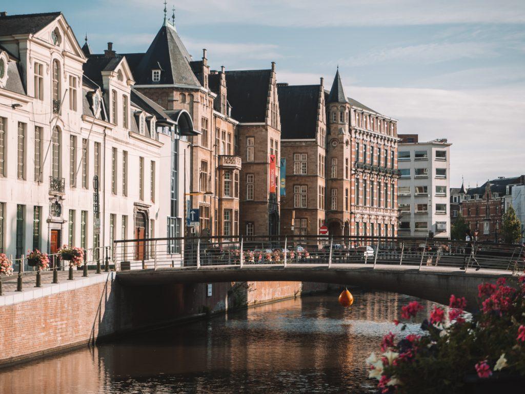 Een brug en historische gebouwen