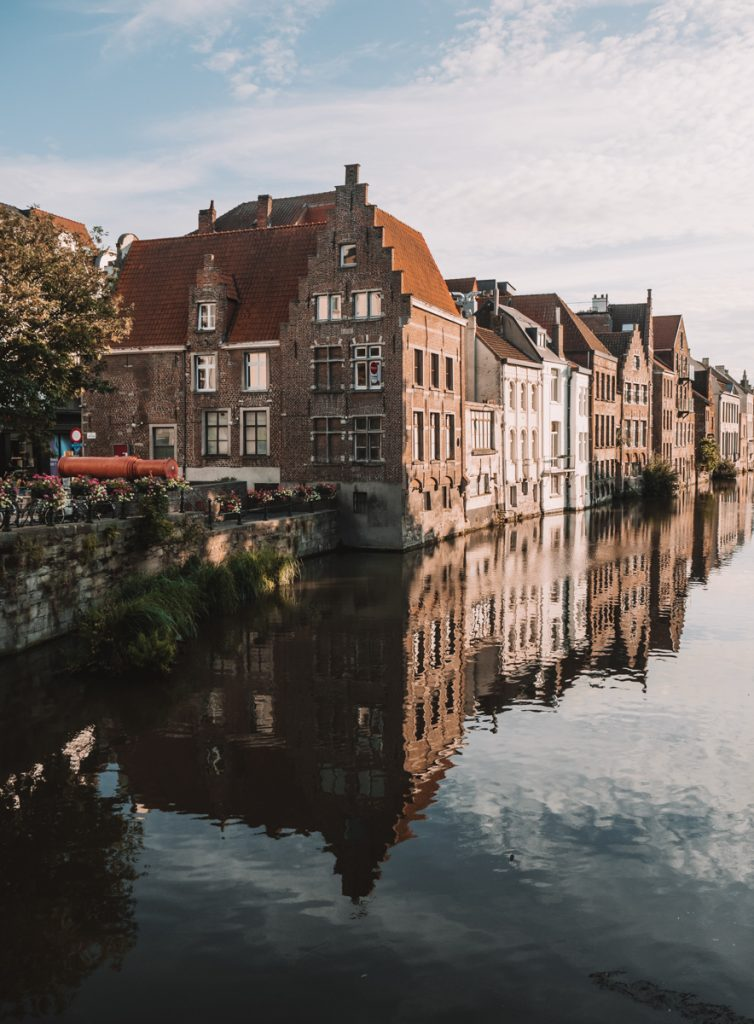 Reflectie van gebouwen in het water