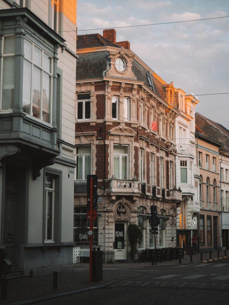 Een mooi gebouw tijdens Golden Hour